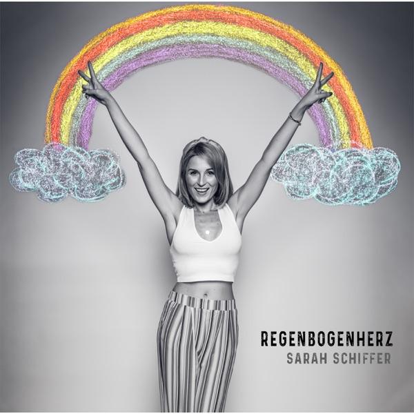 Sarah Schiffer mit Regenbogenherz